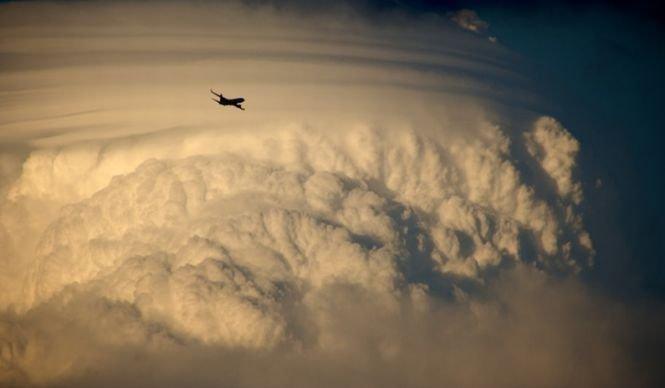Un avion s-a legănat în aer în timpul unei furtuni violente. Ce s-a întâmplat cu cei peste 300 de pasageri