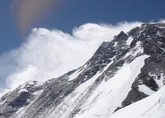 Nepalul a redeschis Everestul pentru alpinişti