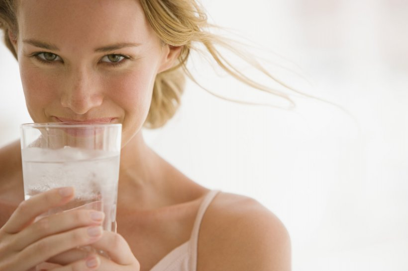 Este atât de simplu. Cum te ajută apa să slăbești. Rețeta testată de experții în nutriție