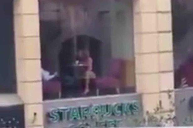 Ireal. Gestul scandalos făcut de o femeie într-o cafenea din Beirut. Iubitul ei a filmat totul. VIDEO