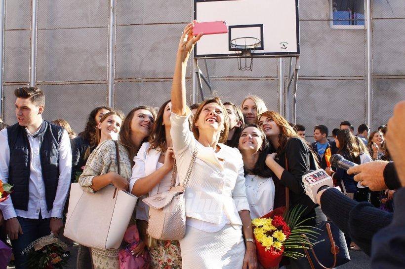 Carmen Iohannis și-a făcut selfie în prima zi de școală