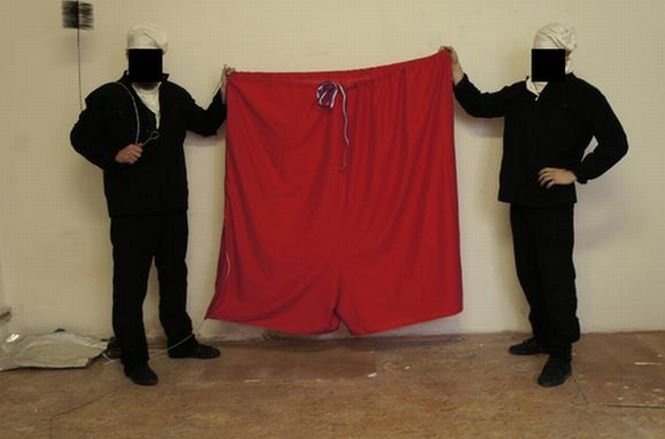 Steagul Cehiei de pe  Palatul Prezidenţial, înlocuit cu o pereche de izmene