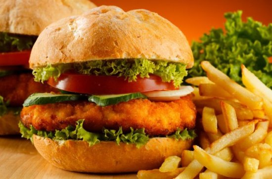 Ce se întâmplă în corpul nostru la 10 minute după ce mâncăm fast-food
