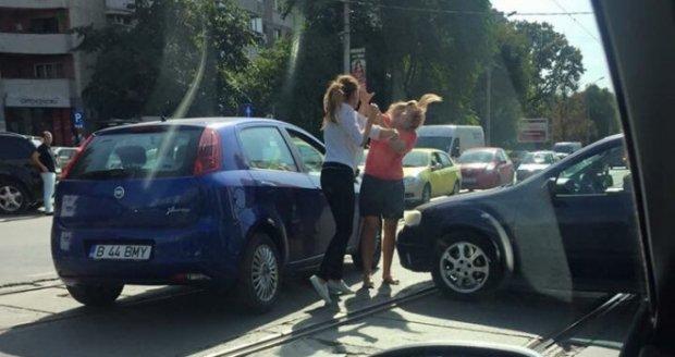 Două şoferiţe s-au bătut pe un bulevard din Bucureşti. Imagini halucinante