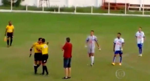 Scene incredibile la un meci de fotbal. Arbitrul a renunţat la cartonaşe şi a scos direct pistolul