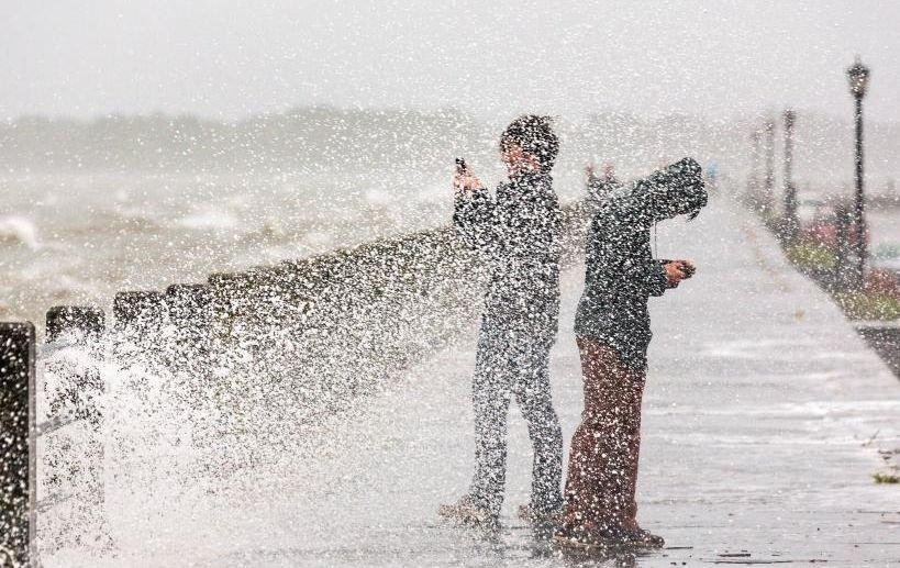 """Cel mai puternic uragan din ultimii ani """"foarte probabil"""" va lovi Marea Britanie"""