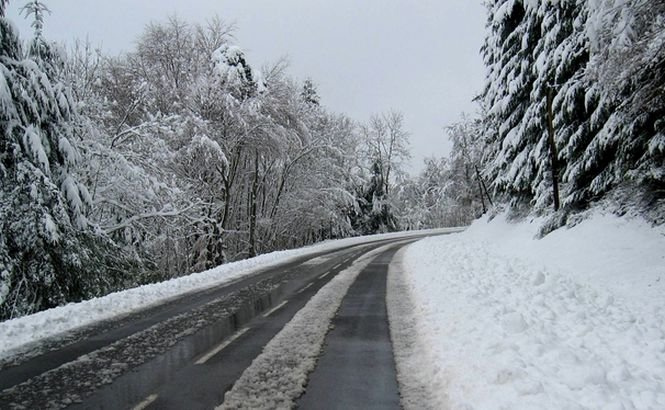 A venit iarna. Imagini neobișnuite pentru luna octombrie. Drumurile sunt acoperite cu zăpadă