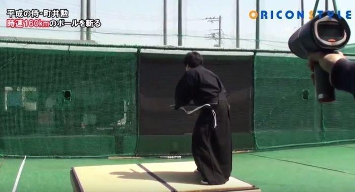 Un samurai taie în două o minge de baseball ce vine spre el cu 160 de km/h