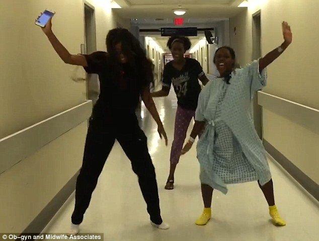 Era în travaliu, însă moașa a prins-o dansând pe holurile spitalului. Clipul a fost văzut de sute de mii de oameni