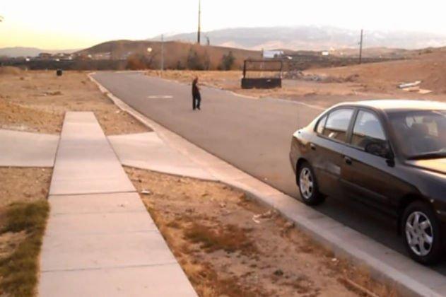 Cum deschizi maşina după ce ai uitat cheile în contact. Metoda asta e imbatabilă- VIDEO