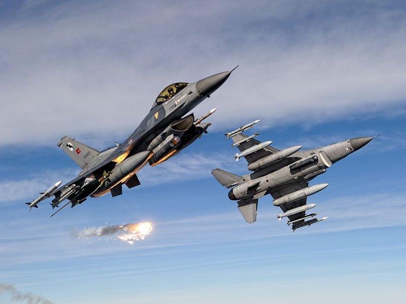 VIDEO. Turcia a doborât un avion de război rusesc la frontiera cu Siria. Rusia susține că avionul său nu a încălcat spațiul aerian turc