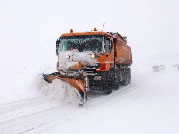Zăpadă la Rânca şi pe Defileul Jiului. Drumarii intervin cu utilaje