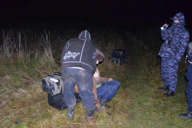 Doi traficanţi, prinşi când veneau cu ţigările din Serbia. Vezi cât tutun cărau