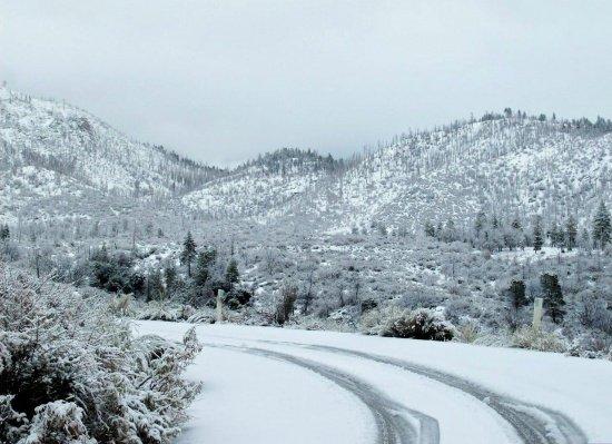 Zăpadă de 30 de centimetri în Argeș. Traseele turistice au fost închise