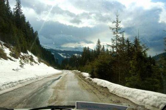 Trafic dificil în zona Cheia. Ninge puternic, iar un tir a derapat