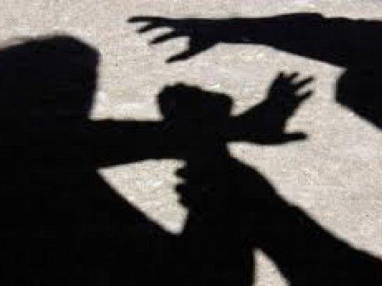Un traficant de persoane român a şocat Anglia. Îşi ameninţa victimele cu furca şi toporul