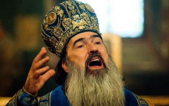 """Arhiepiscopul Tomisului,  supărat foc pe presă. Ce spune preotul despre """"mantia"""" virală"""