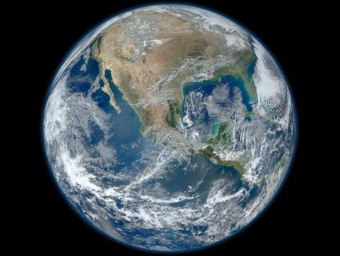 """Povestea primei fotografii iluminate a Terrei, atunci când astronauților li s-a arătat o """"mărgea albastră"""""""
