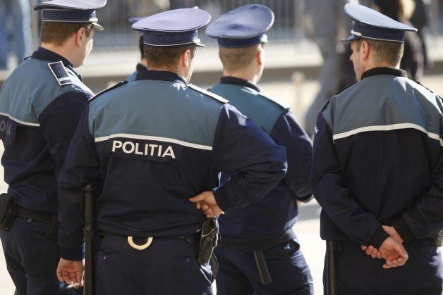 """Poliţiştii, colind inedit pentru siguranţa cetăţenilor: """"Iar la tine, fără veste, Hoţu-ţi spune o poveste"""""""
