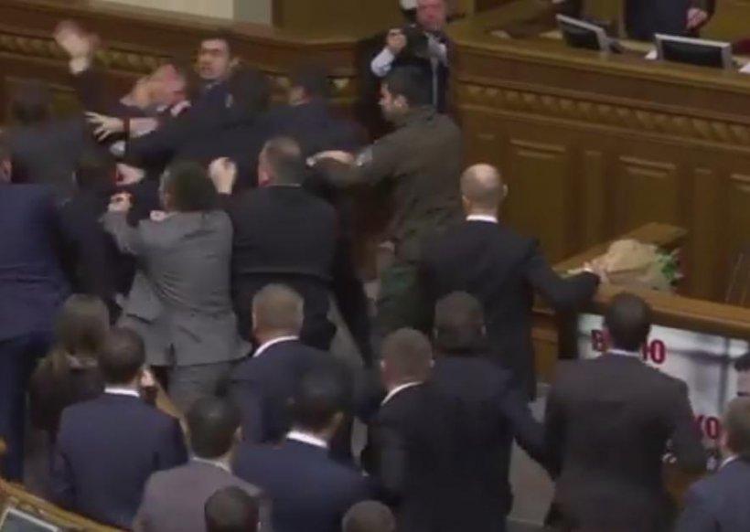 Bătaie cu pumnii şi picioarele în Parlamentul Ucrainei - VIDEO