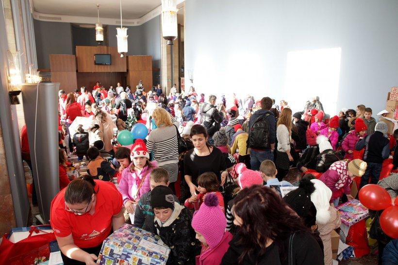 380 de copii defavorizati din toata tara au primit daruri de la Mos Craciun