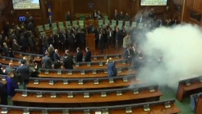 Opoziția a folosit gaze lacrimogene în Parlamentul din Kosovo - VIDEO
