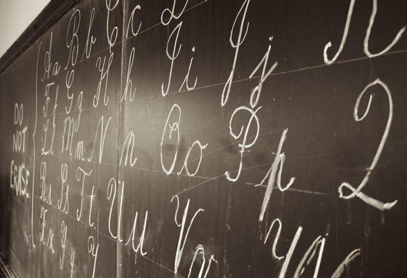 Directoarea unei școli și-a dat demisia, după ce elevii au distrus o sală de curs