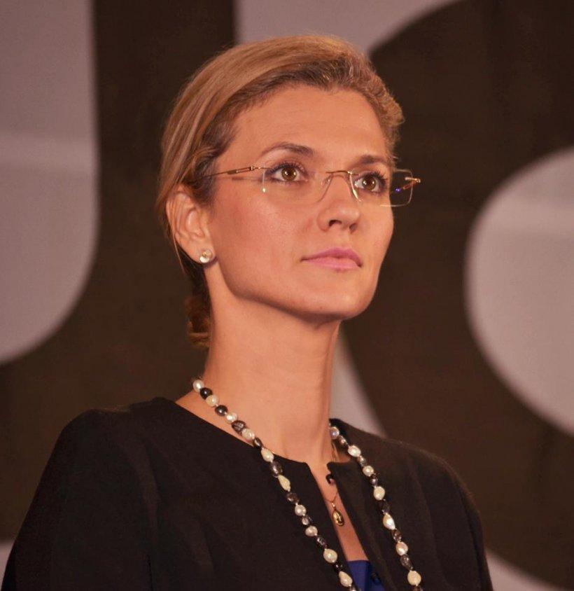 Cum a fost colindată Alina Gorghiu la biroul său parlamentar