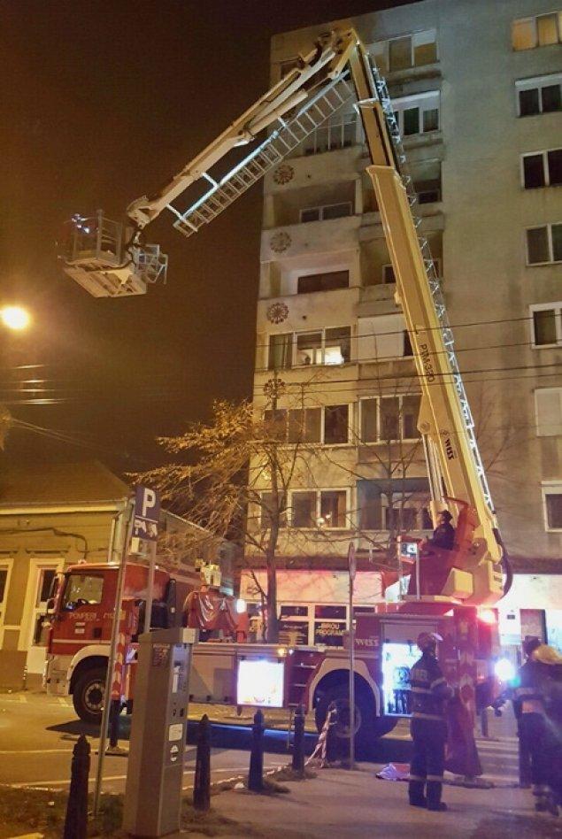 O oradeanca de 270 kilograme, scoasa din casa de pompieri, pe geam, cu autospeciala