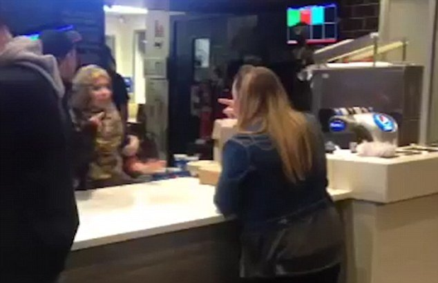 Înjurături ca la ușa cortului la KFC. O femeie a fost dată afară dintr-un restaurant