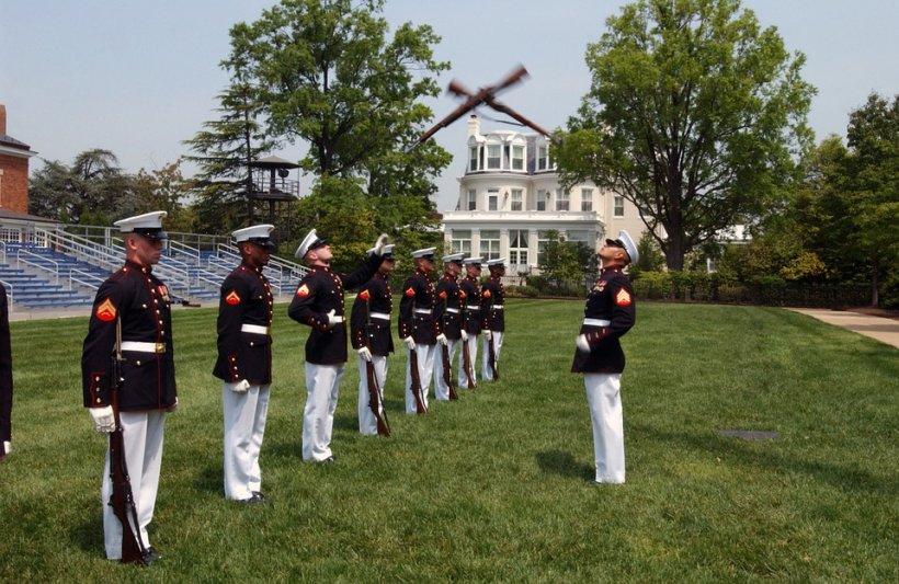 """Preşedintele Obama recunoaşte că se simte """"mic"""" în comparaţie cu puşcaşii marini"""