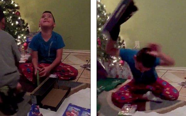 """Reactia incredibila a unui copil care a primit de Craciun cadoul gresit: """"E din 2015, nu din 2016"""""""