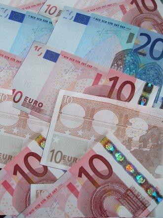 A gasit 20.000 de euro pe jos inainte de Craciun si imediat a fost retinut. Cui ii apartineau de fapt banii