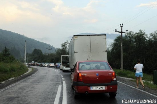 Trafic de coșmar pe Valea Prahovei. Polițiștii recomandă rute ocolitoare