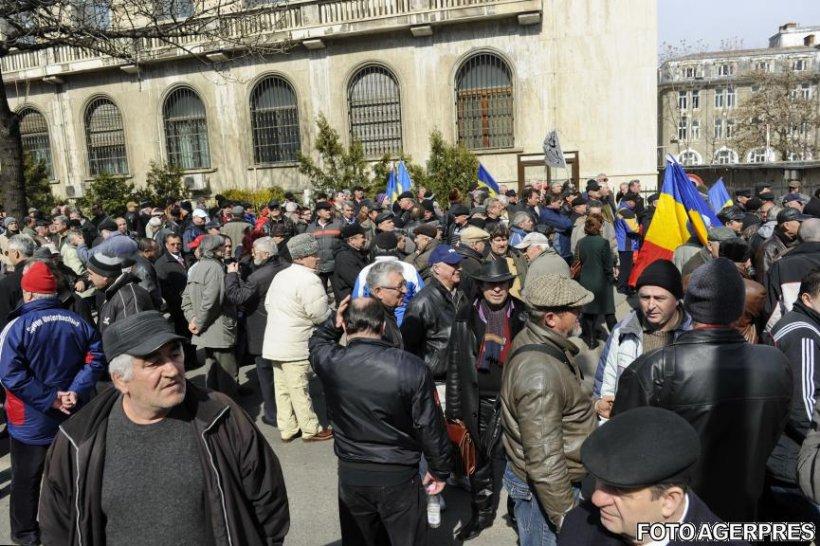 Protest de amploare în faţa Guvernului
