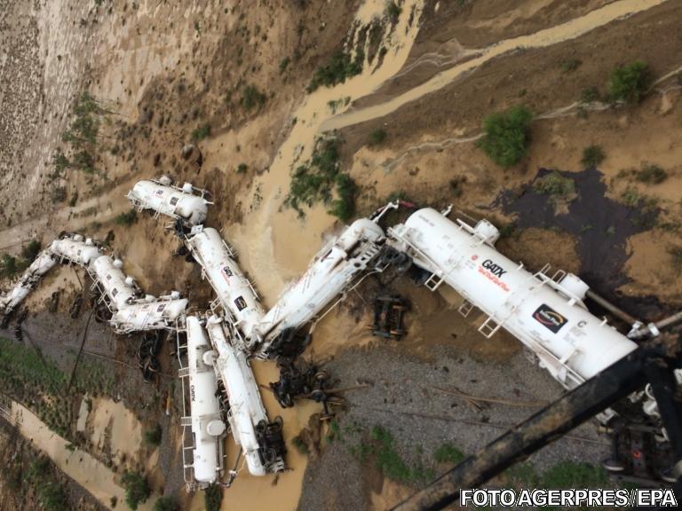 Un tren care transporta 200.000 de litri de acid sulfuric a deraiat