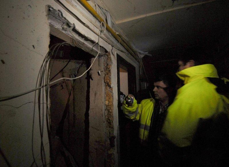 17 locuinţe distruse în urma unei explozii într-un imobil din Zărneşti