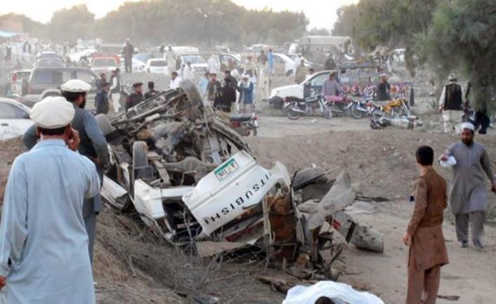 Cel puţin 22 de persoane, ucise într-un atac sinucigaş asupra unui birou guvernamental din Pakistan