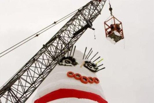 Cel mai înalt om de zăpadă a fost construit într-o lună. Cât măsoară