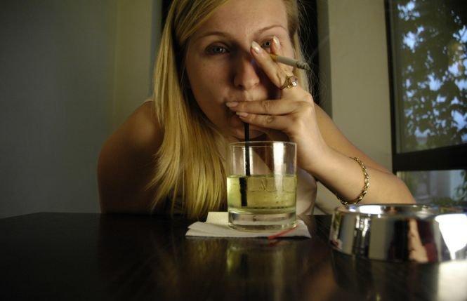 Milioane de oameni au acest obicei extrem de periculos pentru sănătate! Combinaţia de alcool și tutun are efecte devastatoare