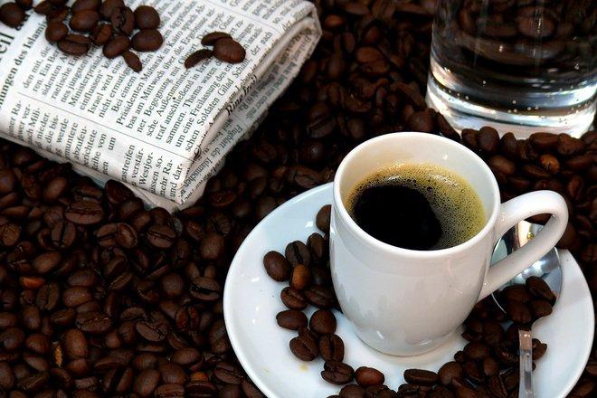 Bei cafea pe stomacul gol? Iată de ce ar trebui să renunți la acest obicei