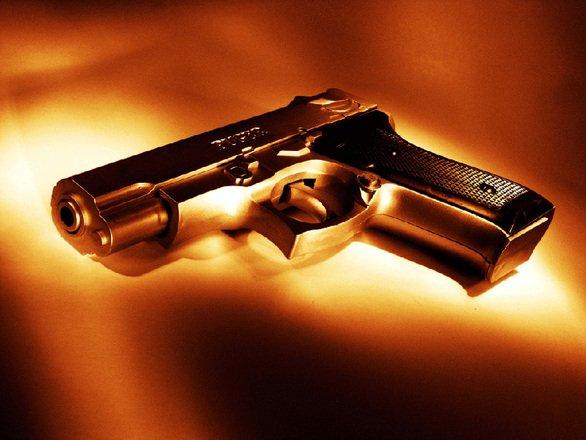 Un copil de trei ani s-a sinucis din greșeală, împușcându-se cu arma tatălui