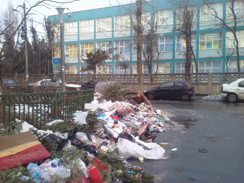 Situație disperată pentru locuitorii din Sectorul 5. Un munte de gunoi se află în fața școlii unde învață sute de copii