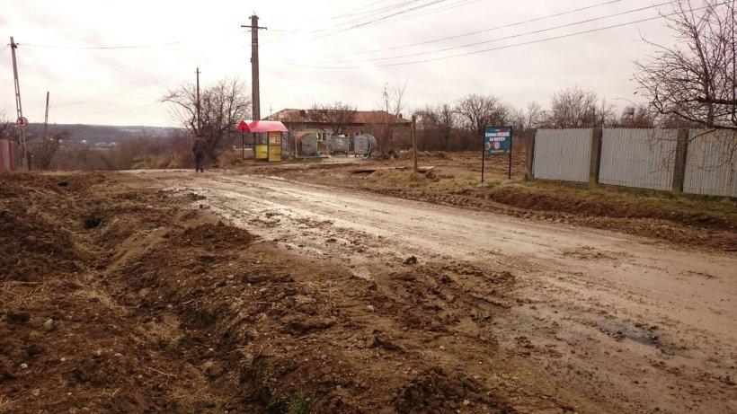 """Cum arată un drum la marginea Piteștiului. """"Am scos trei mașini și un maxi-taxi din «canalizările» lor"""""""