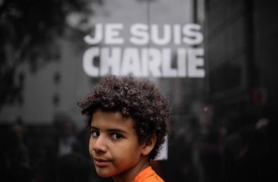 Charlie Hebdo șochează din nou. Caricatură controversată inspirată de imaginea care a îngenuncheat întreaga lume