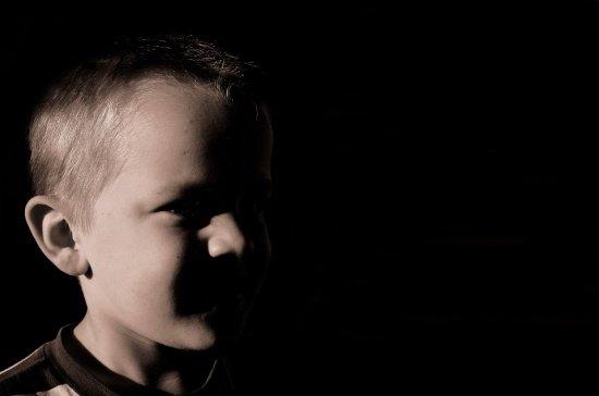 Un copil de 6 ani cu handicap grav, dintr-un centru de plasament, agresat de îngrijitor