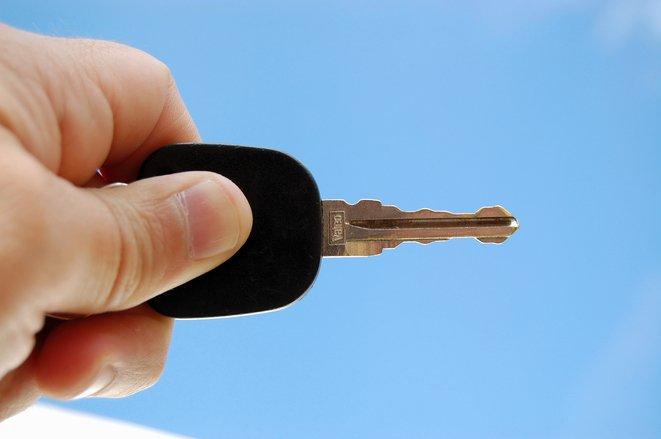 Cum poți descuia mașina dacă ai uitat cheile în contact