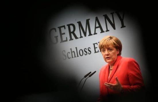 Un politician a trimis un autocar plin cu refugiați la biroul Angelei Merkel. Cum explică gestul