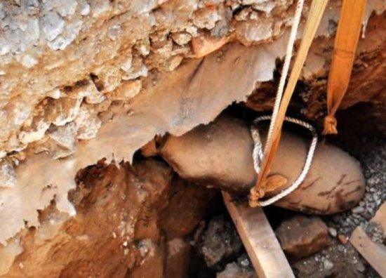 Proiectil exploziv descoperit într-o pădure din comuna Băneasa. Localnicii au chemat poliția