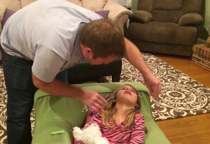 Zâna Măseluță trebuie să vadă asta! Milioane de oameni au urmărit pe Facebook cum își scoate dintele o fetiță curajoasă